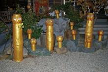 お寺deアート「仏達」 寄川桂 第4回目を迎える聚福院での「お寺deアート」境内と作品のコラボレーションも毎年少しずつ展開し、今年は「仏達」と題します。 聚福院の仏像と寄川桂作の仏像が共存し、「愛LOVE優」のメッセージを届けたいというコンセプト。 朝日を浴び、小鳥のさえずりとともに、目覚める仏達、夕日に照らされ輝く仏達、月明かりの中にも仏達はメッセージを伝えている。