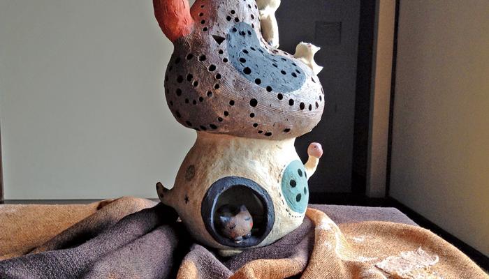 栗ときのこのおしゃべり 「浅井屋製菓舗」さんで栗きんとんを作った時に出る栗の皮を使って坂下恵子が布を染め、東りょうこがきのこをモチーフにしたやきものを製作、2人のコラボ展示が実現しました。 秋の実りが沢山詰まった和菓子と共に目でも秋を感じて下さい。どこからか栗ときのこのささやきが聞こえてくるかもしれませんよ。