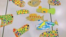 図書館来場者にカラフルなお魚を作ってもらい、絵本原画 展会場に展示します。