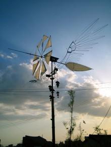 風が吹いて、草花がゆれている。それだけで世界は魅力的。風魅鶏は、常にその場をとりまく、あらゆる魅力に気づかせてくれます。風の表情、季節 の変化、空の色。風魅鶏といっしょに、感じてみてください。