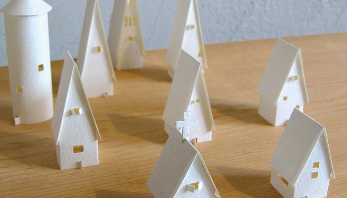 紙のドーナツ◎  【Family of Doughnut】 斎藤誠 長久手にアトリエを構える建築事務所兼住宅。その吹き抜け天井に「家族団らん」をテーマとした紙の彫刻を吊り下げます。 平日、時間外でも外から十分見れます。 オススメは、照明に照らされ、浮かび上がる夕暮れ時です。 また、2m級のドーナツ作品以外にも、小物を展示しています。