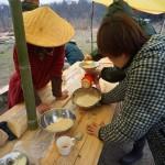 お団子をつくるためにお米を粉にする